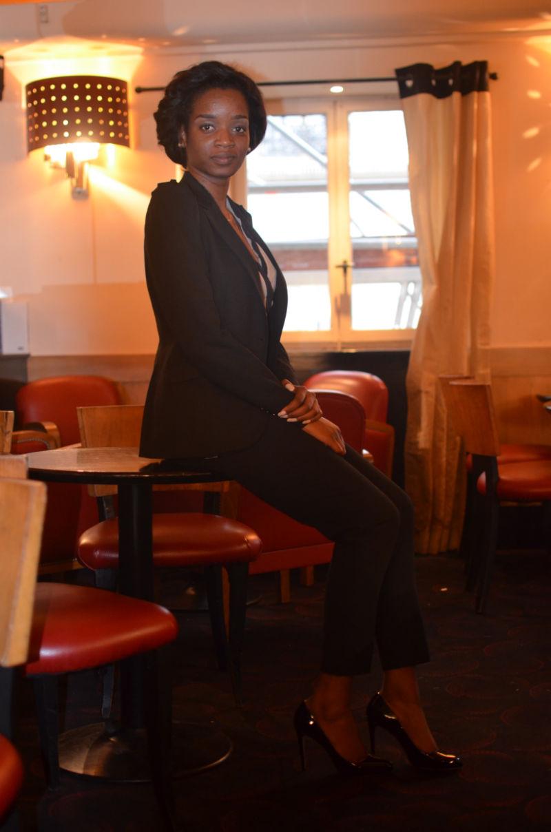 K. habillée pour un entretien d'embauche