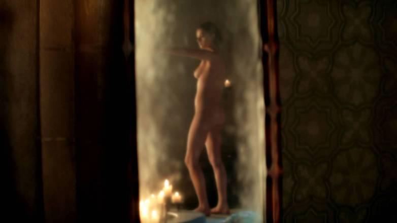 Anya Chalotra nue - Yennefer de Vengerberg - Witcher Netflix 01