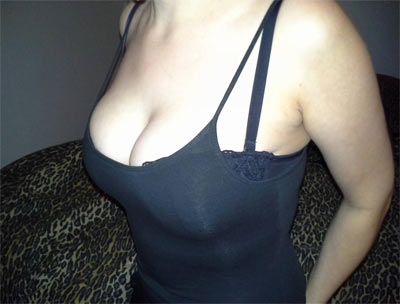 femme à forte poitrine