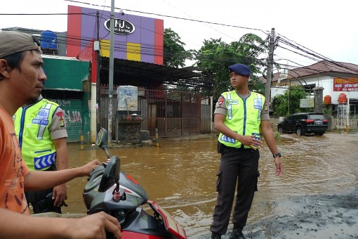trying to direct traffic in flood