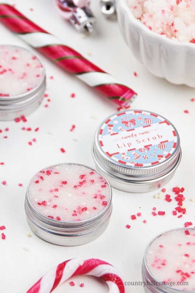 DIY peppermint sugar scrub with sugar, coconut oil, essential oils and organic ingredients. Homemade candy cane lip scrub recipe is easy a cute homemade Christmas gift. This simple edible natural pink mint sugar scrub without honey for dead skin includes free printable labels for packaging containers. Good benefits for exfoliating, plumping, moisturizing. Also learn how to use and how to apply. #lipscrub #sugrascrub #DIYscrub #homemadescrub | countryhillcottage.com