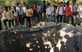 झारखण्ड /पति के अवैध संबंधों से निराश 3 बेटियों संग कुएं में कूदी मां, ग्रामीणों ने दो को बचाया, दो की मौत