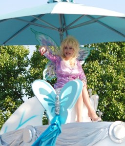 Dolly Parton celebrates 25 years of Dollywood with Homecoming Parade