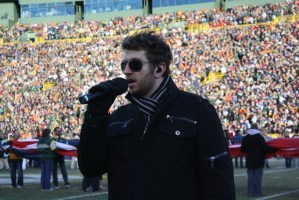 Brett Eldredge opens Packers vs. Bears football game with the National Anthem