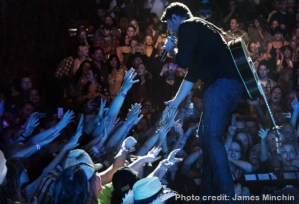 Chris Young starts new year with a bang, at sold out show in Texas