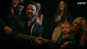 "Randy Houser Premieres ""Goodnight Kiss"" Video Today"
