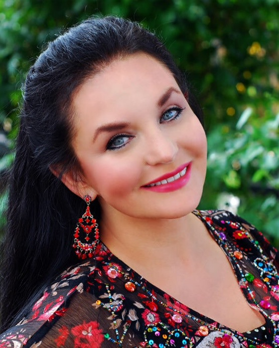 Crystal Gayle Exhibit Opens At Country Music Hall Of Fame