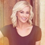Beginning tonight, Kellie Pickler will surprise lucky homeowners as Knock Knock Live premieres on FOX