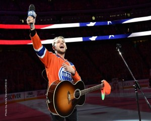 Crowd joins country artist Brett Kissel in National Anthem Sing-A-Long after microphone malfunction