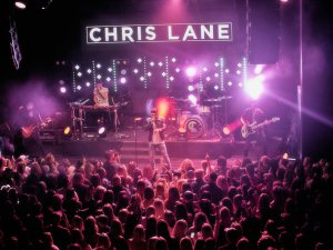 Chris Lane scores with sold-out headlining show at Topgolf Nashville