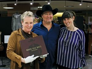 Tracy Lawrence donates quintessential book GOOD OLE DAYS to the Country Music Hall of Fame and Museum