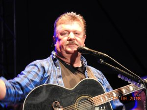 Joe Diffie keeps his show going for his fans