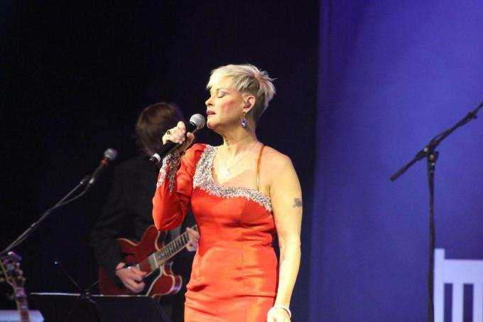 """Lorrie Morgan sings George Jones """"A Picture of Me (without you"""""""