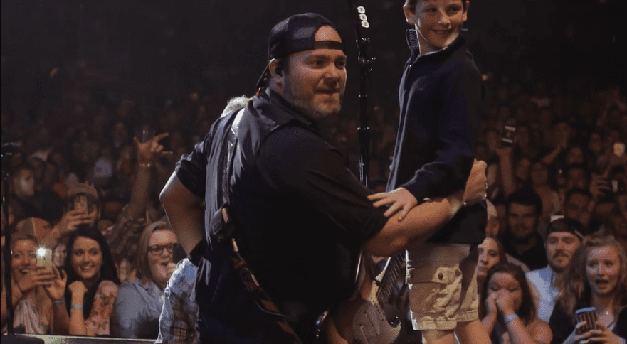 "Sweet Surprise! Lee Brice's Sons Climbed On Stage While Singer Performs ""Boy"" 1"