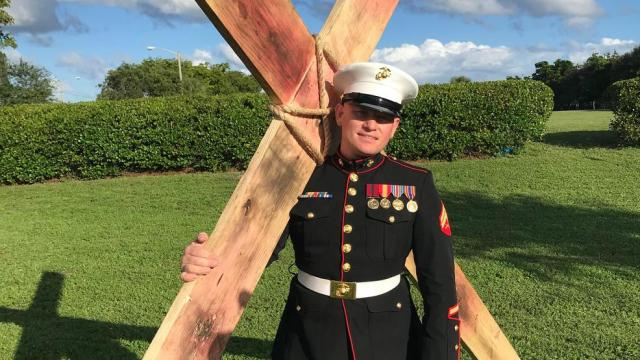 Marine Corp Veteran Carries Cross 12 Miles on Veterans Day 2019 in Florida. That is exactly what this Marine Corp Veteran did. 34-year-old Tobiah Steinmetz, carried the 10-foot tall cross that weighed 75 pounds for 12 miles. Plus, Steinmetz was in full dress uniform! (Photo Credit: CBS news anchor, Luli Ortiz Twitter)
