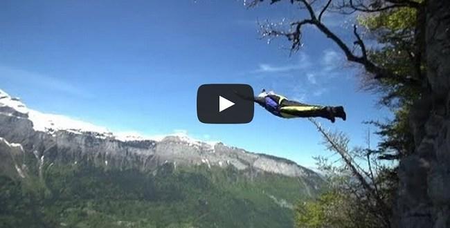 homme qui saute en parachute d'une falaise