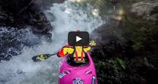 Dane Jackson en plein saut en kayak