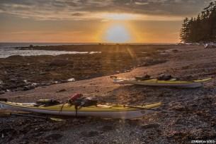 Coucher de soleil sur nos 2 kayaks de mer Boreal Design, petite île proche de South Island.