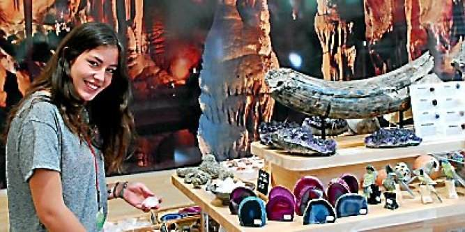Liselotte Poupard, à la boutique, a appris par coeur les propriétés des pierres précieuses.