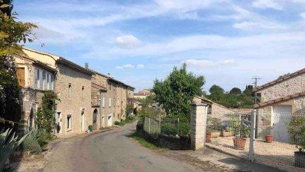 La route du village déserte ce samedi après-midi.