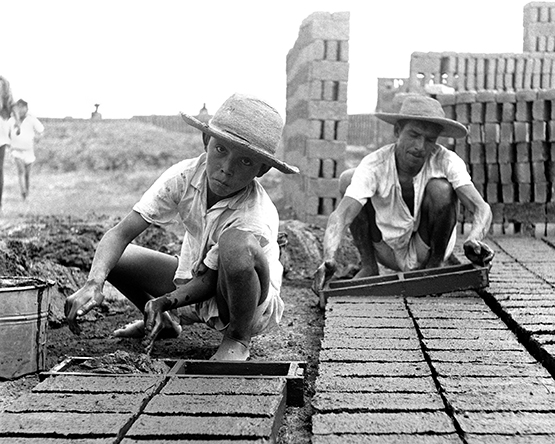 Mexico, Brick Builders (Walt Girdner photo)