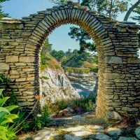 STONE HOUSES:Natural Forms in Historic and Modern Homes