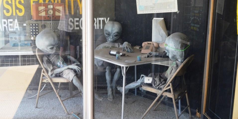 Alien poker players