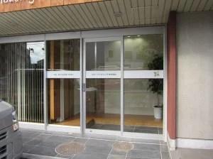 入口ガラスはシンプルなデザインで