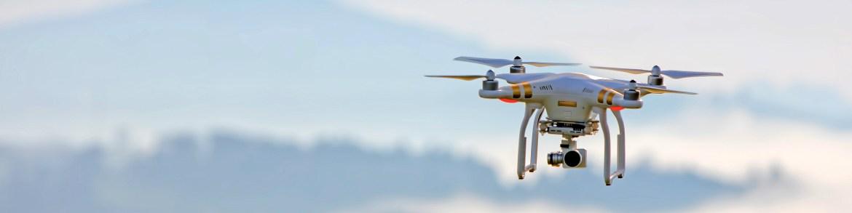 Drohne im Flug am Himmel