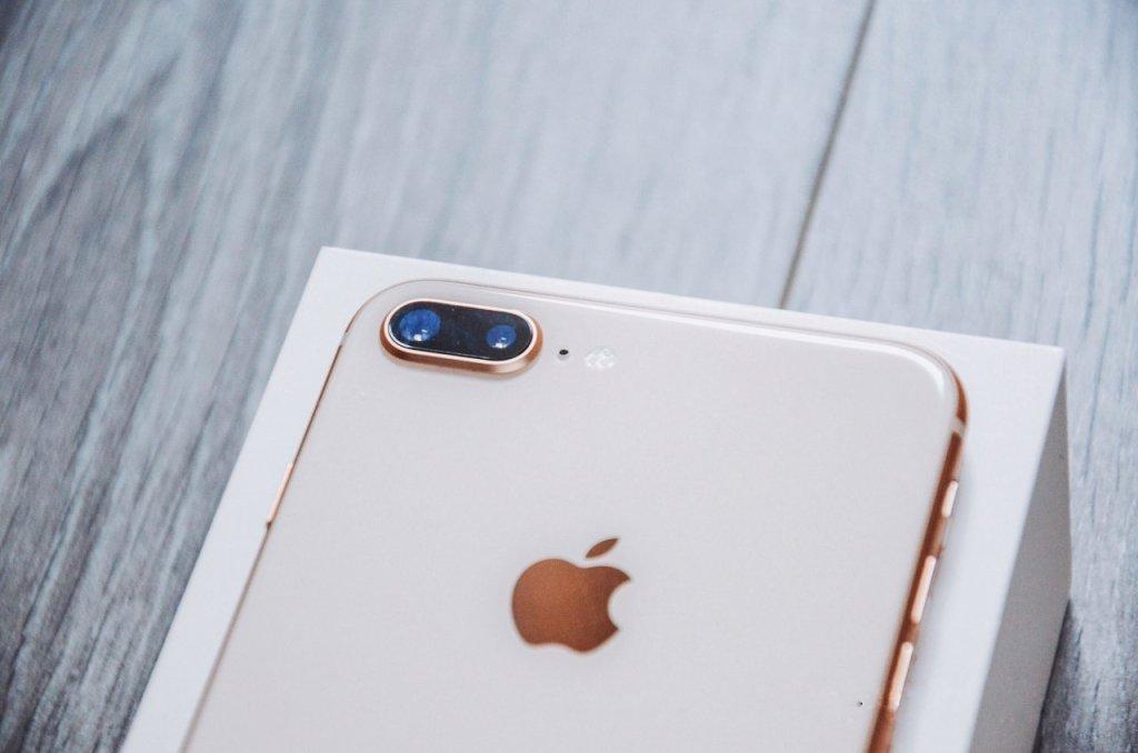 Handy auf Raten kaufen: iPhone 8 rosé liegt auf der Verpackung