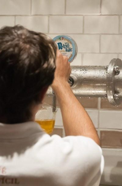 A cerveja feita na casa é de tomar rezando.