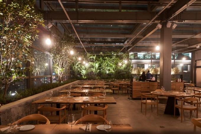 O restaurante no terraço é o Brace.