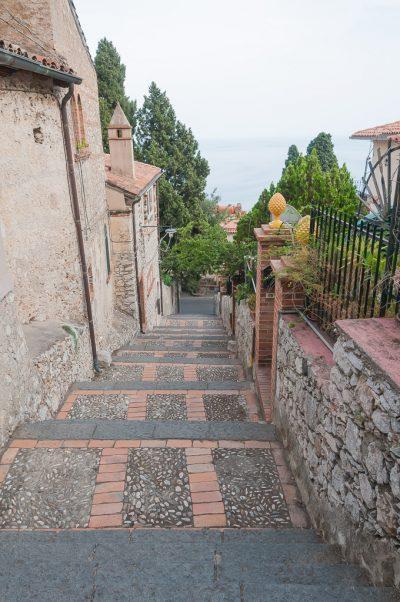 Escadas da cidade na viagem para Sicília, na Itália: Taormina | Cozinha do João