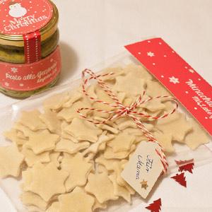 Wundervolle weihnachtliche Geschenkidee. Selbstgemachte Sternchen-Pasta mit Basilikum und Etiketten zum Ausdrucken
