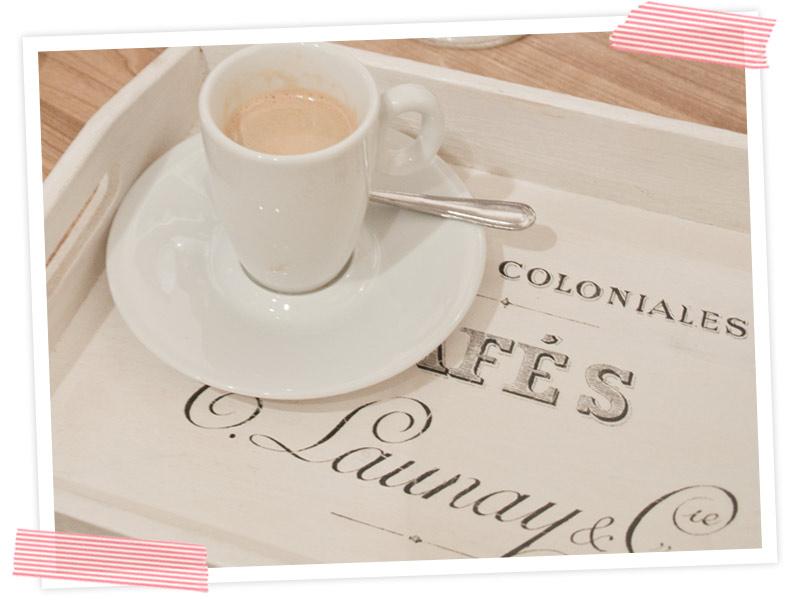 Hmmm... jetzt ein leckerer Espresso. Soll das Tablett nicht nur zur Deko dienen sondern täglich gebraucht werden, unbedingt mit Kalrlack versiegeln.