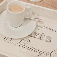 Wundershönes Shabby-Chic Caféhaus Tablett. Das fertige Tablett im französischen Look ist ein absoluter hinkucker in der Shabby-Küche!