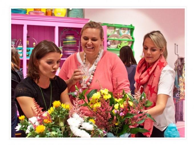 Monike von Rice, Clara von Tastesheriff und Rike von Lykkelig beim Bewundern der neuen Kollektion