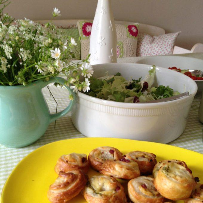 Lecker Blätterteigröllchen uns Salat mit Mittag genossen