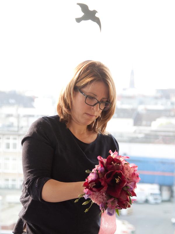 Katja Heil bindet - na was wohl - einen wunderschönen Brautstrauß