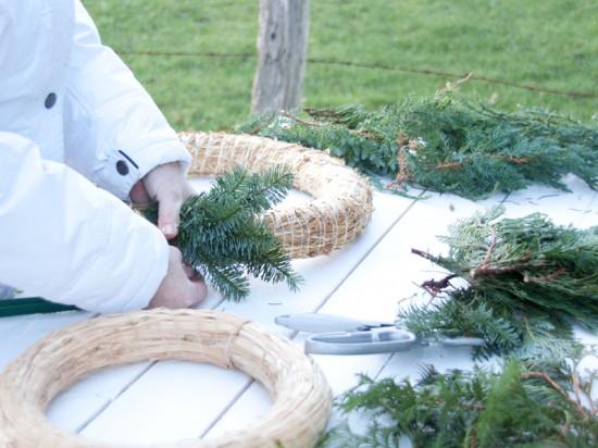 Fotoanleitung für das Binden von Weihnachts-Türkränzen und dem Adventskranz zuhause.