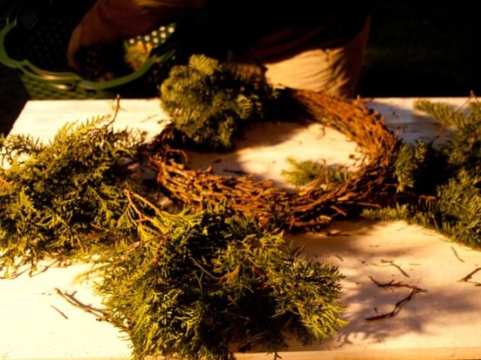 Immer jeweils kleine Büschel von Tannengrün zusammenfassen und mit Draht um den selbstgemachten Rohling wickeln.