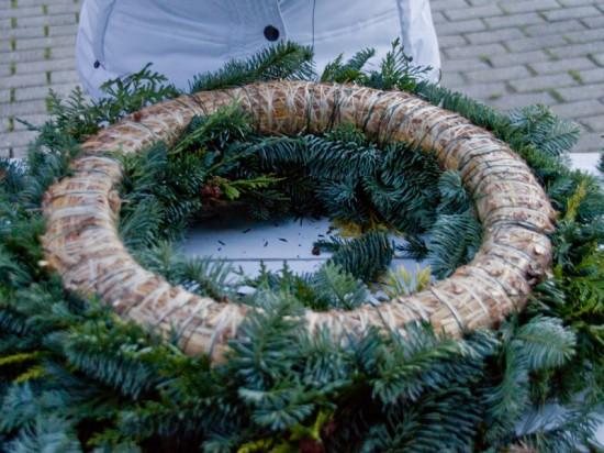 Der fertige Kranz von unten. Es ist völlig in Ordnung wenn die Unterseite nich bedeckt ist. Weihnachten: Fotoanleitung Kränze binden ein DIY von Cozy & Cuddly