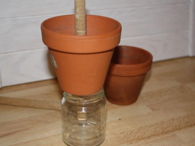Dann den Stab durch den Top stecken, mit dem Stopper nach innen. Auf ein Glas setzen, damit man den Topf gut befüllen kann.