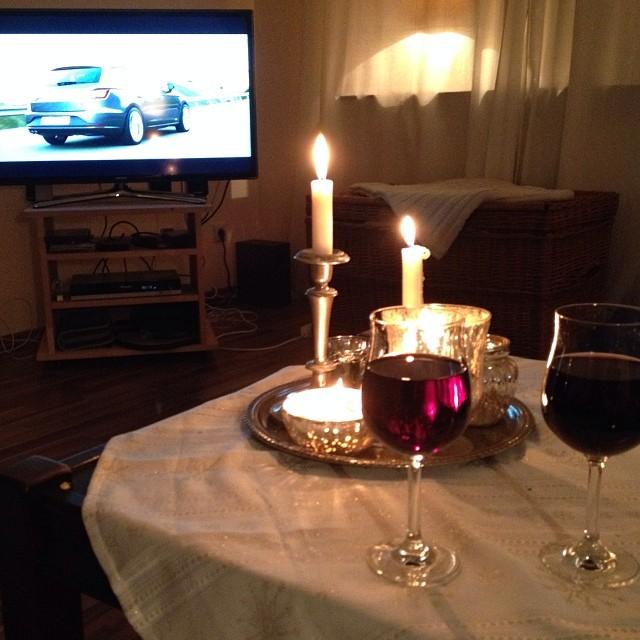 Dann noch ein Glas Wein, ein paar Kerzen und ein paar gemütliche Stunden auf dem heimischen Sofa... Ich bin NCIS-Anhänger und freue mich über die neue Staffel :-))