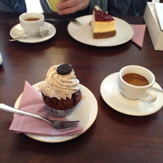 """Erledigungen in der Stadt mit lecker Cupcakes im Lieblingscafe. """"Wie lange habt ihr noch auf?"""" - """"15 Minuten"""" - """"Das reicht für einen Espresso und einen Cupcake""""  :-))"""