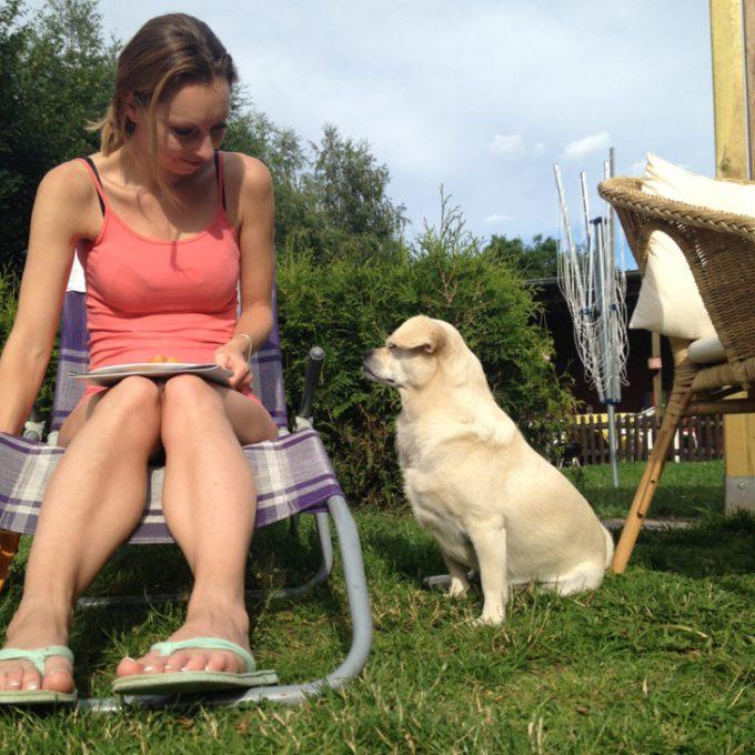 Mit Schwesterherz im Garten gesessen und die Würtschen vor dem...äh... großen bösen Hund beschützt ;-)