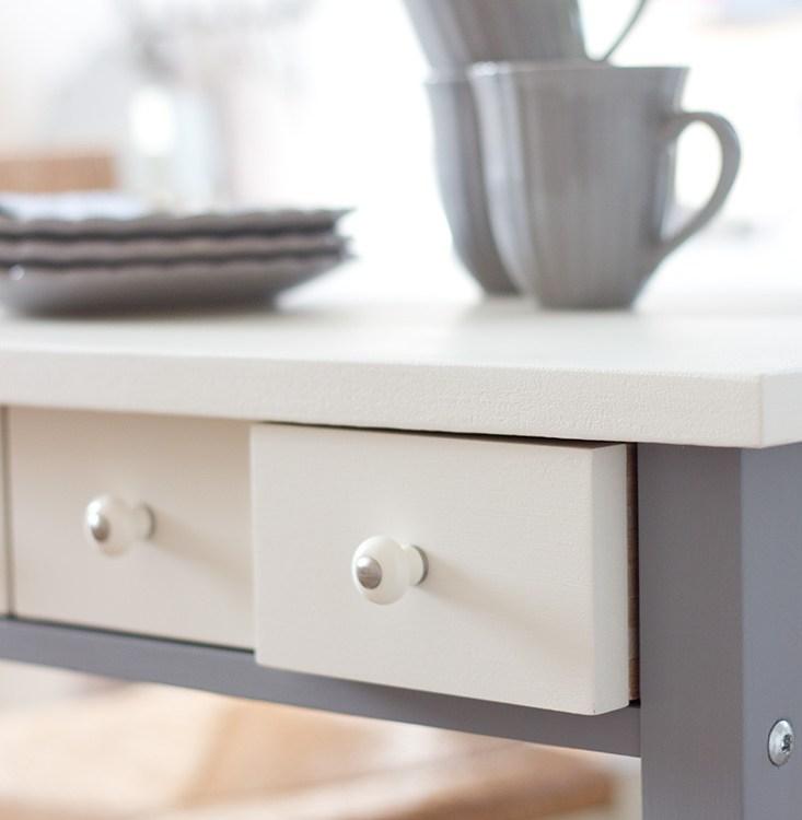 Die Möbelknäufe lassen den Tisch wie neu aussehen.
