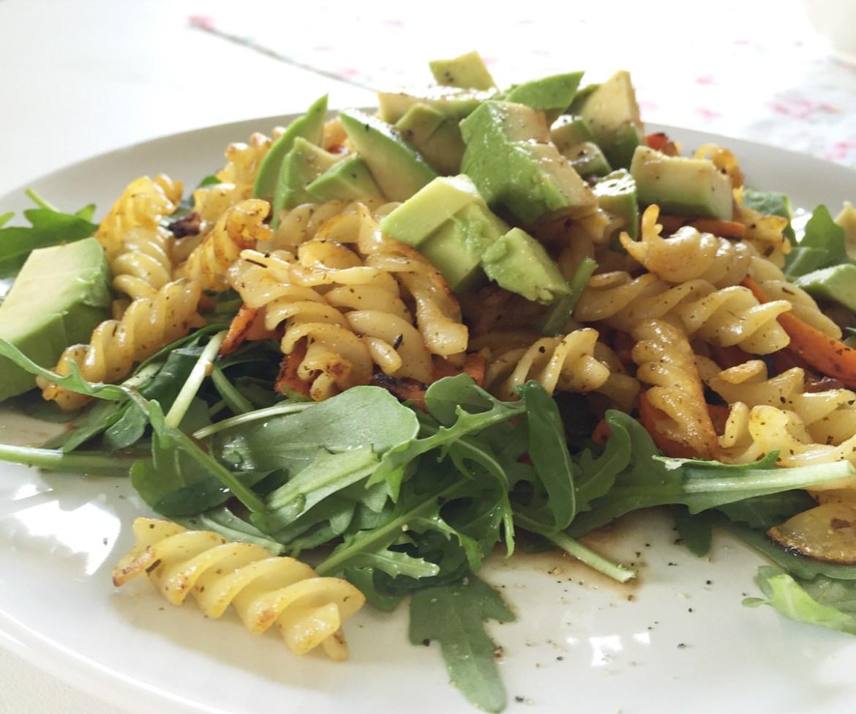 Leckerer schneller und frischer veganer Nudelsalat für Zuhause, fürs Büro oder für Unterwegs. Leicht orientalische Note, schmeckt Sommer wie Winter