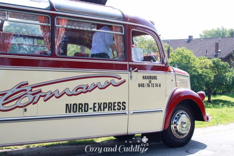 Nach einem tollen Frühstück mit schwedischen Zimtschnecken und Kaffee und einer kleinen Vorstellungsrunde ging es mit dem unglaublich tollen Oldtimer-Cabrio-Bus bei allerbestem Wetter ins alte Land vor den Toren Hamburgs.
