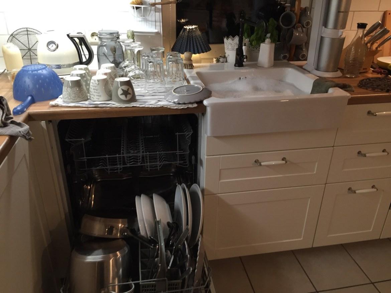Oh mann! Ikea, so bleiben wir keine Freunde. Nach 11 Monaten ist der Geschirrspüler kaputt !? Also alles von Hand spülen. Hrmpf!